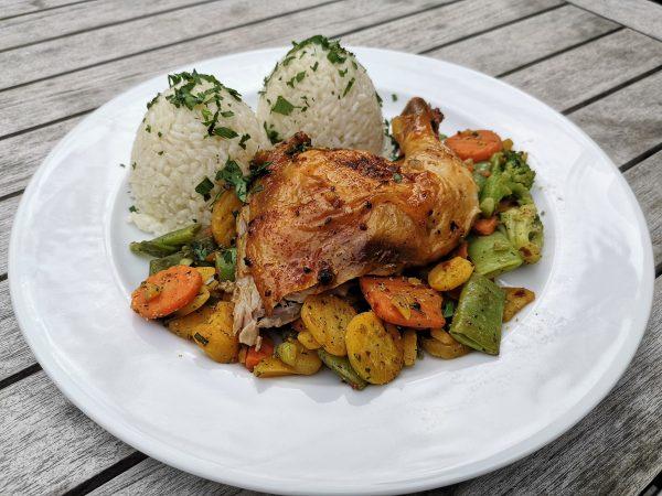 Štvrťka pečeného kurčaťa s maslovou anglickou zeleninou, dusená ryža