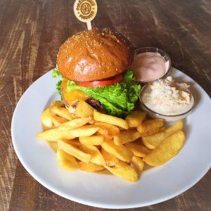 Pravý americký hamburger, šalát coleslaw