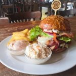 Sedliacky hamburger, šalát coleslaw, hranolky