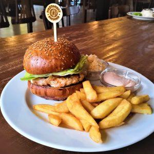 Mletý kurací burger, s údeným syrom a cibuľovým chutney, coleslaw, hranolky