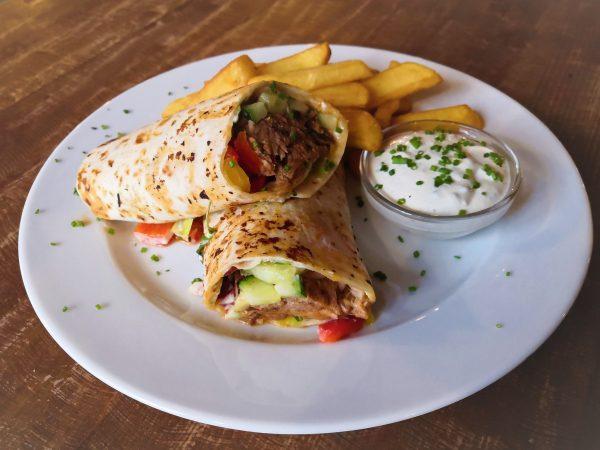 Kebab z trhaného bravčového mäsa so zeleninou, tortilla, cesnakový dip